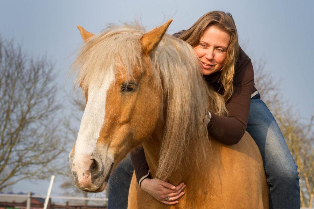 Tanja Böge auf Pferderücken